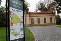 Na Městském hřbitově v Přerově přibyly u vstupů nové informační cedule, stará bolest v podobě nespravených chodníčků ale zůstává