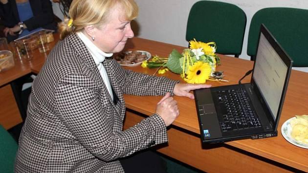 Jitka Seitlová sleduje výsledky voleb v sídle KDU-ČSL v Přerově