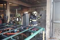 U požáru v autodílně v Kojetínské ulici v Přerově zasahovali ve středu po jedné hodině odpoledne hasiči.