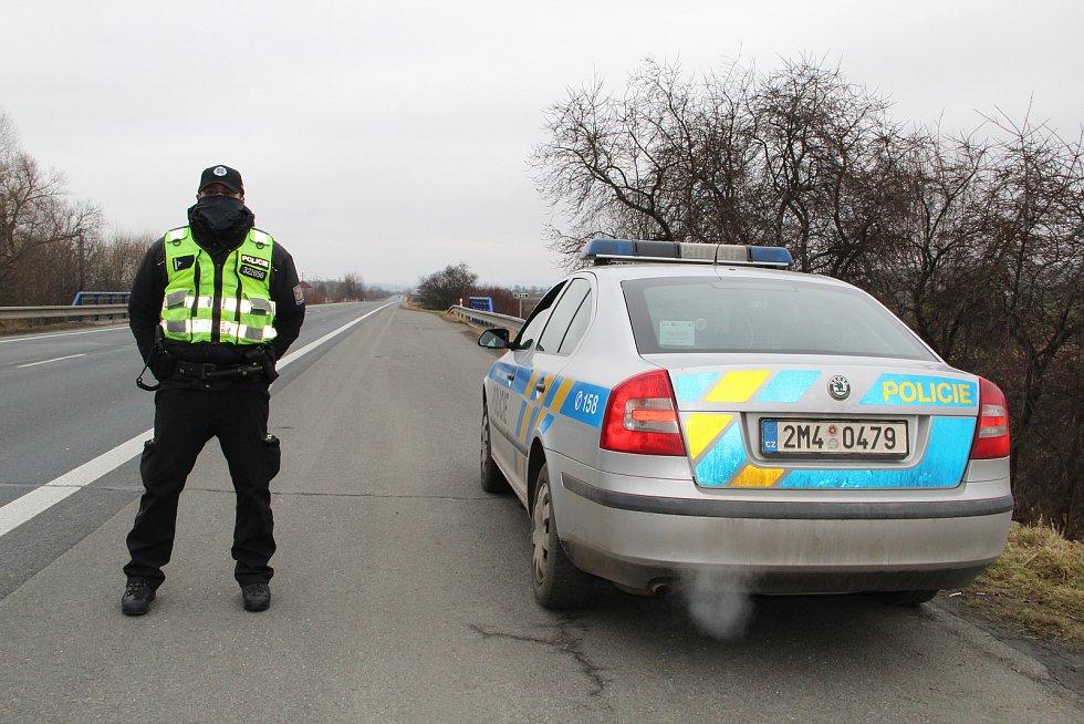 Policejní kontroly řidičů u sjezdu na dálnici u Horní Moštěnice - 1. března 2021