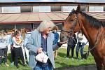 Na svého koně Indiga se přišel podívat do areálu Střední zemědělské školy v Přerově kytarový virtuóz Lubomír Brabec. Koně před lety daroval škole za symbolickou korunu.