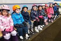 Děti z přerovské Mateřské školy Kouřílkova - Jasínkova se vrátily ke svým aktivitám - jednou z nich je i bruslení na zimním stadionu.