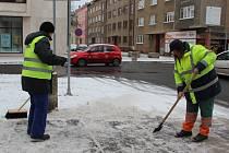Pracovníkům Technických služeb města Přerova pomáhají s úklidem sněhu také dlouhodobě nezaměstnaní.