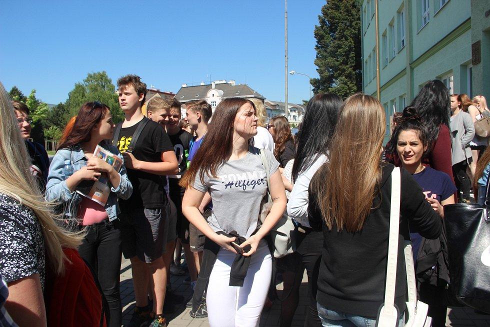 Jak co nejrychleji opustit školu v případě ohrožení si v pátek dopoledne vyzkoušeli studenti Střední školy gastronomie a služeb na Šířavě v Přerově.  Součástí byla i beseda s hasiči v přerovském kině Hvězda.