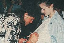 Jaromír Jágr na improvizované autogramiádě před přerovským hotelem GPB v srpnu 1995
