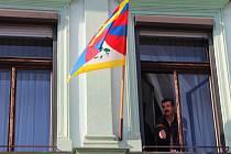 Na budově přerovské radnice po letech znovu zavlála tibetská vlajka