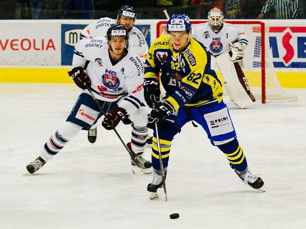 Přerovští hokejisté (v modrém) proti Benátkám nad Jizerou. David Šťastný v provizorním dresu č. 82.