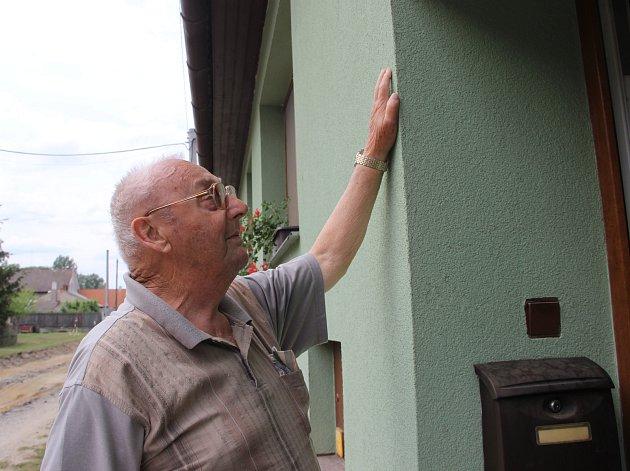 Zdeněk Řihošek zTroubek ukazuje, kam včervenci 1997sahala voda.
