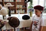 Výstava klobouků přilákala během víkendových hodů v Radvanicích pozornost přítomných dam.