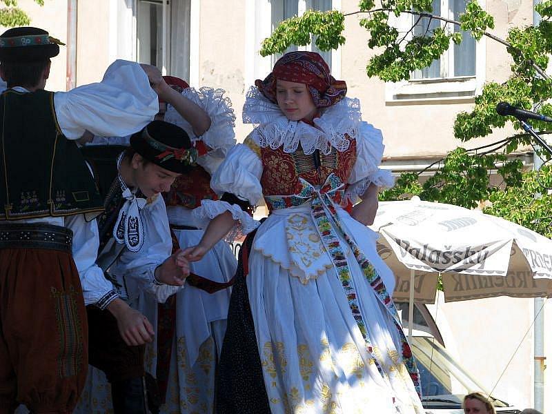 Již popatnácté hostil Lipník nad Bečvou Záhorské slavnosti. Na tradiční přehlídku folklorních souborů a muzik přijelo devět souborů.