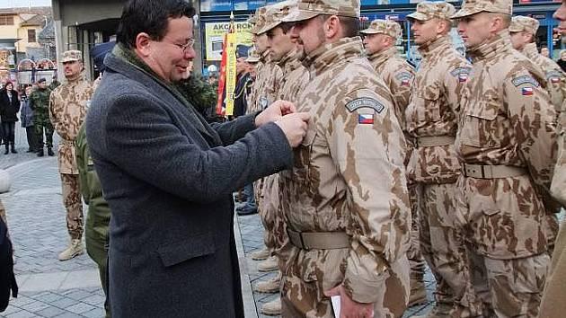 Ministr obrany Alexandr Vondra předal na náměstí T. G. Masaryka v Přerově ocenění vojákům třetího kontingentu přerovské vrtulníkové základny, kteří se vrátili z mise ISAF v Afghánistánu.
