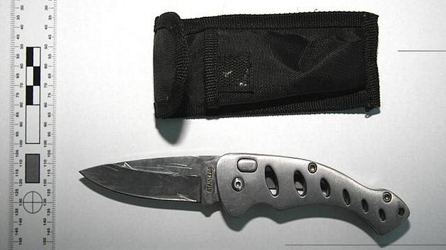 Lupič, který se při vykrádání prodejen na Přerovsku částečně maskoval kšiltovkou, s sebou nosil nůž.