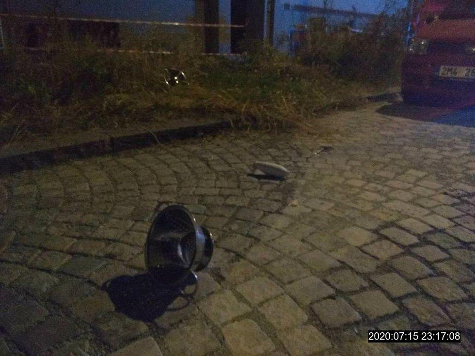 K dalšímu incidentu vyjížděli ve středu v noci strážníci a policisté do Bratrské ulice v Přerově. Z okna domu padaly na ulici nejrůznější předměty.