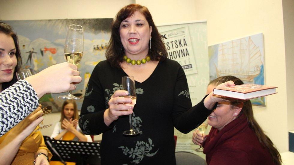 Přerovská spisovatelka Lenka Chalupová pokřtila ve výstavní síni Pasáž svou novou knihu Začátek.