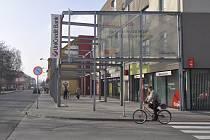 Proluku na rohu Čechovy a Jaselského ulice zastavěl objekt, který se kvůli svému vzhledu netěší příliš velké oblibě.