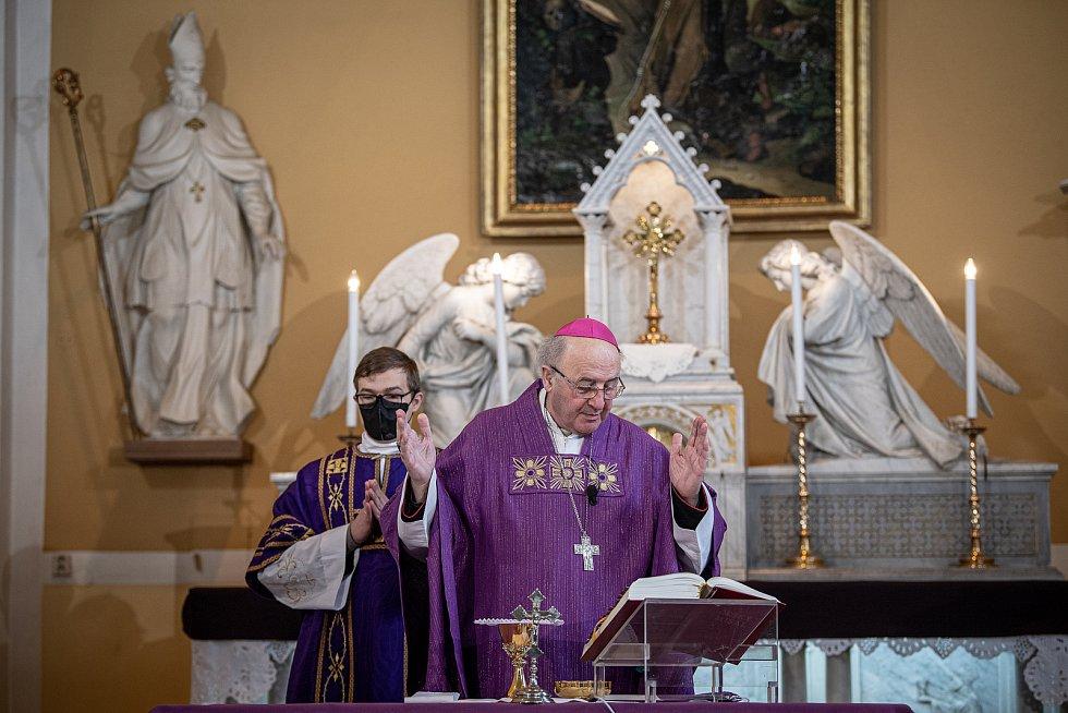 Slavnostní bohoslužba k 100. výročí vysvědčení Antonína Cyrila Stojana olomouckým arcibiskupem, 14. března 2021 v Běnově. Arcibiskup Jan Graubner.
