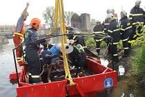 Přerovští hasiči si vyzkoušeli na řece Bečvě velkokapacitní čerpadlo, které je dobrým pomocníkem při povodních. Součástí cvičení bylo i stavění hráze z pytlů.