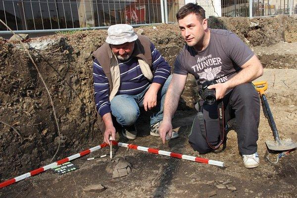 Přerovští archeologové našli vlokalitě uPrioru popelnicové hroby, staré přes tři tisíce let.