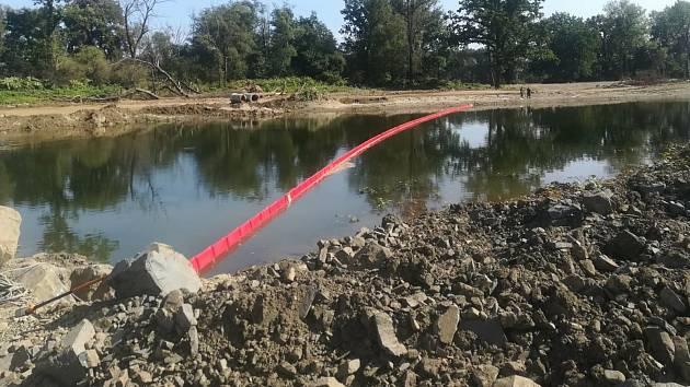 Odstraňování následků otravy v řece Bečvě, září 2020