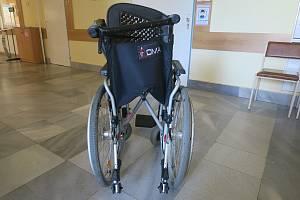Se zraněním skončil v nemocnici senior, který se v pondělí odpoledne pohyboval na invalidním vozíku v Janáčkově ulici v Hranicích a srazilo ho auto.