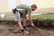 Přerovským archeologům se podařilo zachytit v Tovačově doklady nejstaršího osídlení města - kromě dvou zahloubených pravěkých jam našli také artefakty z období středověku a novověku.