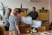 Finanční podporu – část výtěžku ze Zubrfestu obdrželi zástupci neziskových sdružení Duševní zdraví a SONS