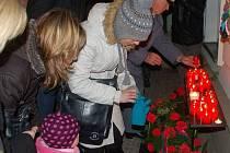 Zapalování svíček a kladení věnců u příležitosti výročí sametové revoluce. Ilustrační foto