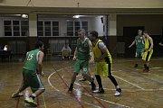 Basketbalisté Přerova (ve žlutém) proti TJ Šumperk B