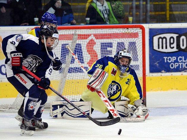 Hokejisté 8. třídy HC ZUBR Přerov (ve žlutém) na domácím MČR proti Liberci