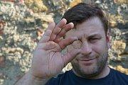 Bádání archeologů na hradě Helfštýně přineslo zajímavé objevy. K vzácným exponátům, které zde byly nalezeny, patří i kachle se starozákonním motivem Evy - Adam na kachli chybí. Kachle pochází z období největšího rozmachu Helfštýna. (Na snímku archeolog Zd