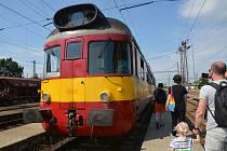 Na nostalgickou jízdu historickým vláčkem z Kojetína do Tovačova se mohli poprvé v letošní sezoně vydat fanoušci železnice.