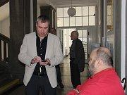 U Okresního soudu v Přerově ve středu pokračovalo líčení, ve kterém se domáhají majitel vítěze Velké pardubické z roku 2015, jeho trenér a žokej finanční náhrady po společnosti Troubecká hospodářská, jež dodávala krmivo pro vítěze.