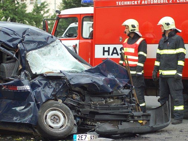 Nehoda peugeotu a vozidla technických služeb v centru Přerova