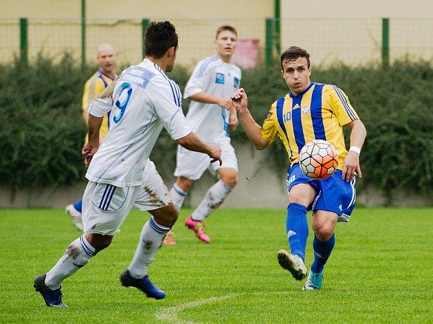 Fotbalisté Kozlovic (v pruhovaném) proti Šternberku (1:0).