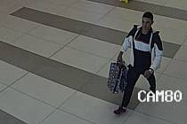 Policie hledá muže, který 20. května 2018 odcizil z prodejny sportovních potřeb v přerovské Galerii třiadvacet kusů oblečení v hodnotě více než 11 tisíc korun