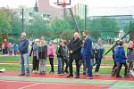 Součástí slavnostního otevření nového sportoviště na Základní škole Za mlýnem v Přerově bylo i fotbalové utkání. Na pažitu si to rozdali přerovští radní s fotbalovými osobnostmi, které prošly školou.