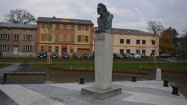 Úpravy okolí památníku Františka Rasche v Přerově na stejnojmenném náměstí v těchto dnech finišují.