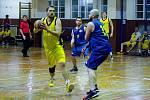 Basketbalisté Přerova (ve žlutém) v derby s Lipníkem nad Bečvou. Ondřej Nezhyba.