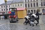Na Masarykově náměstí v Přerově už začínají rozmisťovat první dřevěné stánky. Vánoční trhy zde začnou 30. listopadu.