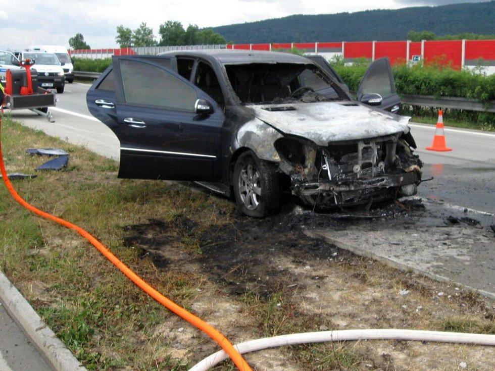 Požár mercedesu na D1 u Lipníku