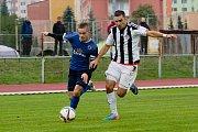 Fotbalisté Přerova (v modrém) v derby proti FC Želatovice (1:0). Tomáš Chuda (vlevo) se stal nečekaným hrdinou derby.