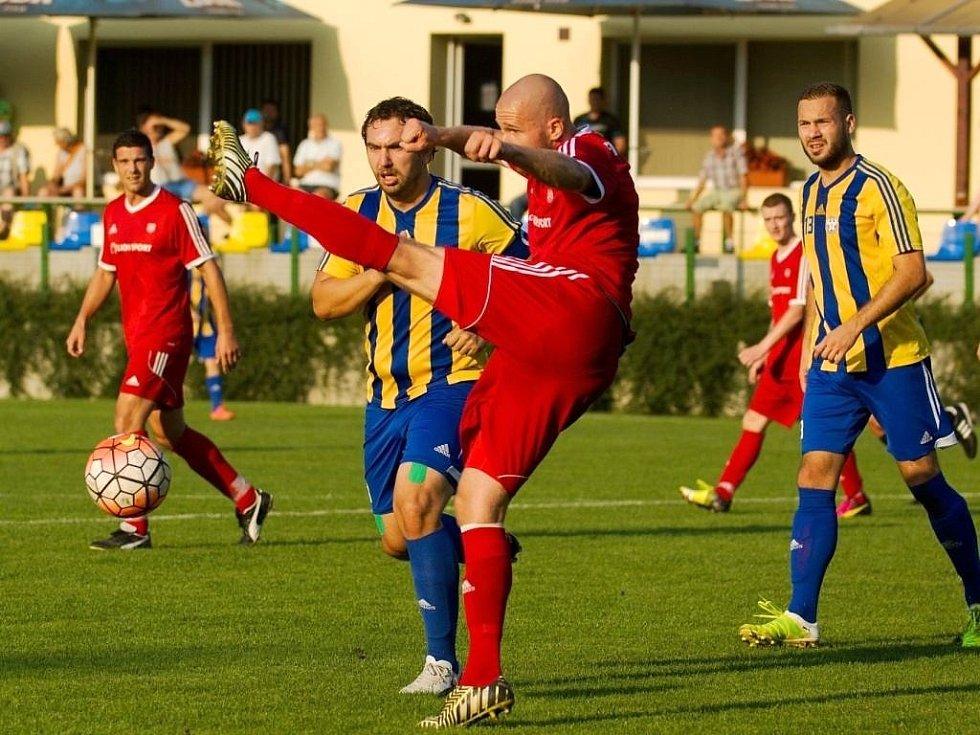 Fotbalisté Kozlovic (v pruhovaném) proti Novému Jičínu.