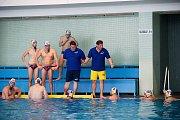Vodní pólisté Přerova (v bílých čepicích) v domácím utkání s Kometou Brno (7:12).
