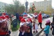 Průvod dětí z folklórního souboru Trávníček vynesl z Přerova zimu a hodil ji do Bečvy