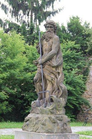 Socha vládce moří Neptuna pod městskými hradbami vPřerově má konečně svůj trojzubec. Jenže – vpoloze, vjaké nyní je, připomíná spíše vidle.
