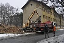 Odklízení sutin po zdemolovaných domech v bývalém romském ghettu ve Škodově ulici.
