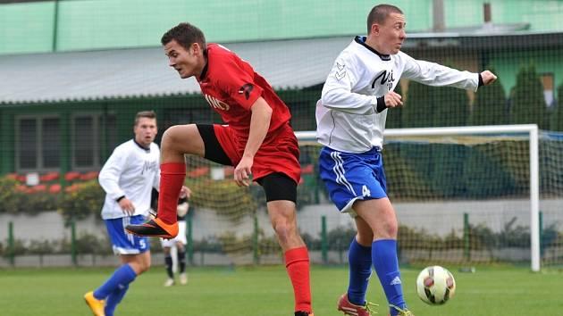 Fotbalisté Kozlovic (v bílém) v utkání s Hodonínem