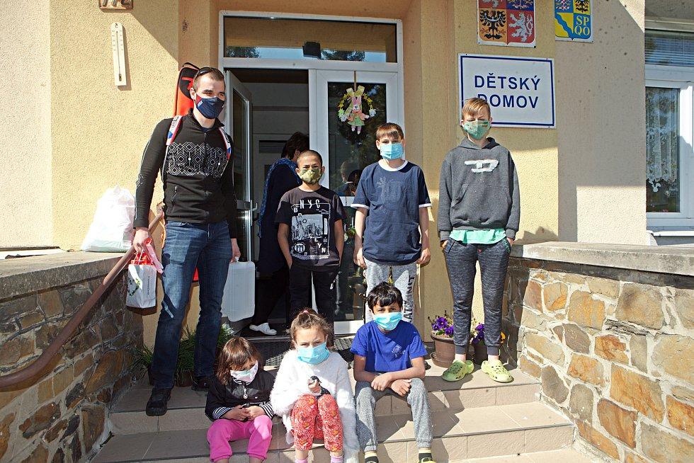 Olympionik Michal Krčmář dovezl roušky a dobrou náladu do dětského domova v Lipníku nad Bečvou.