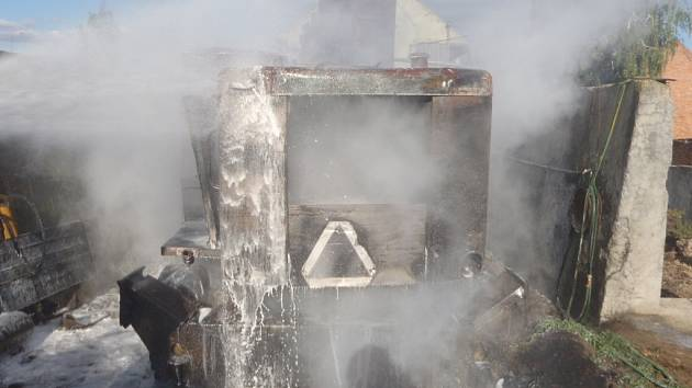 Požár nakladače v Uhřičicích