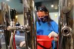 Technik přerovského pivovaru připravuje výčepní zařízení na obnovení provozu.
